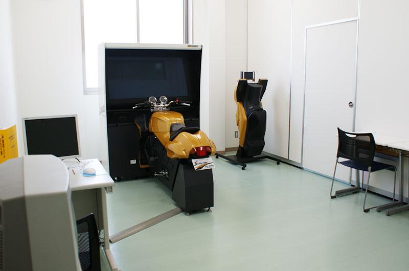 二輪シミュレーター室内写真