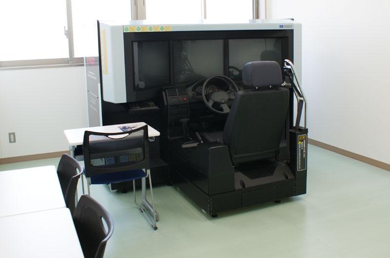 四輪シミュレーター室内写真